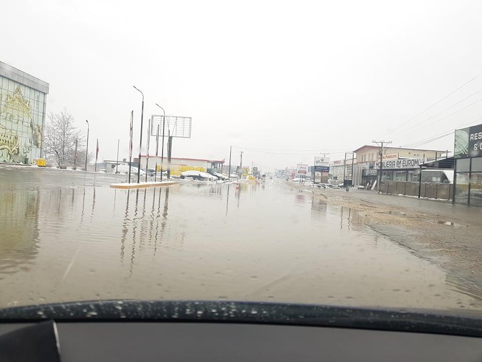 137223668 241625290817837 2856605995031803171 n - Vërshohet rruga në magjistralen Ferizaj-Prishtinë (FOTO)