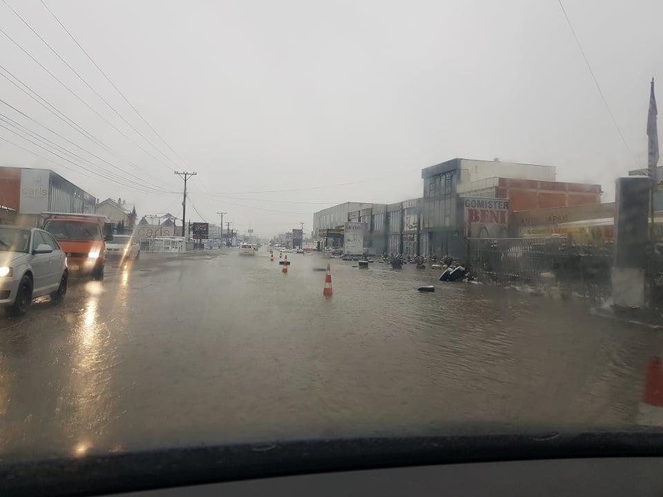 137580868 409473086934098 5076310633624554403 n - Vërshohet rruga në magjistralen Ferizaj-Prishtinë (FOTO)