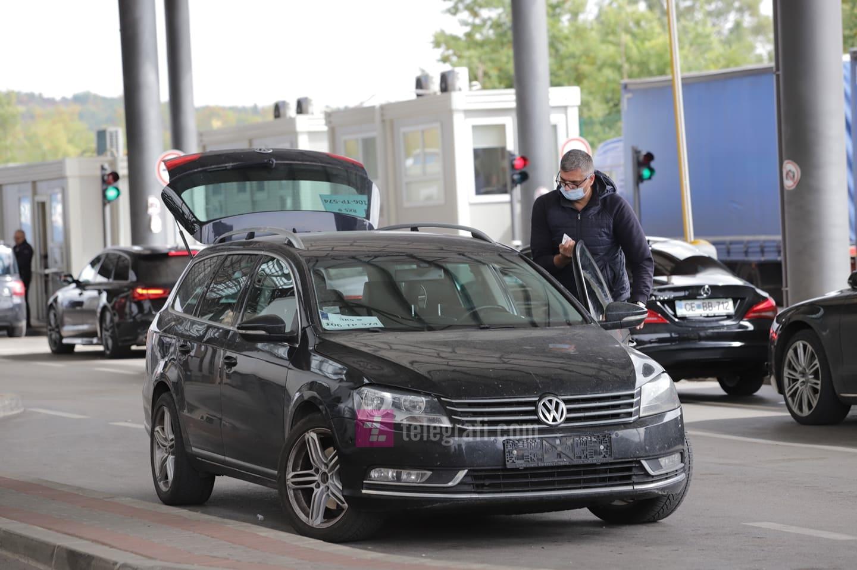 Ish-ministri Nenad Rikallo ndërron targat e veturës në Merdare