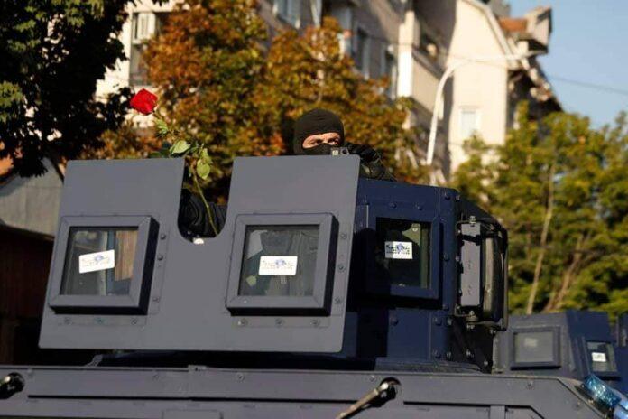 Njësia Speciale e Policisë Kosovës priten me lule dhe duartrokitje të gjatë